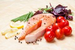 Surowy łosoś z pomidor sałatką i fasolami obraz stock