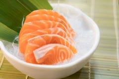 Surowy łososiowy plasterka lub łososia sashimi w Japońskiego stylu świeżym serw na lodzie w pucharze zdjęcia royalty free