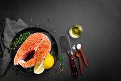 Surowy łososiowy rybi stek na ciemnym tle zdjęcie stock