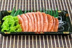 Surowy łososiowy sashimi plasterek w Japońskim jedzenie stylu Zdjęcia Royalty Free