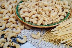 surowy adra makaron w talerzu na łozinowym płótnie na stole Odgórny widok obraz stock