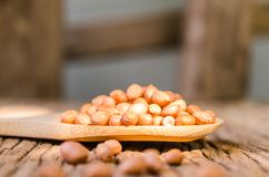 Surowy arachid na drewnianej łyżce fotografia stock