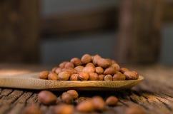 Surowy arachid na drewnianym tle fotografia royalty free