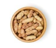 Surowy arachid w drewnianym pucharze na białym tle Obraz Stock