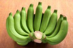 Surowy banan na drewnianym stole Fotografia Royalty Free