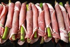 Surowy bekon zawijający zielony asparagus z bliska zdjęcie stock