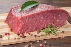 Surowy bezkostny wołowiny mięsa cięcie z podprawą na drewnianym stole, zakończenie Zdjęcie Royalty Free