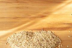 Surowy Brown Rice Na A drewnianym stole Organicznie Brown Rice Na A stole obraz stock