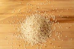 Surowy Brown Rice Na A drewnianym stole Organicznie Brown Rice Na A stole zdjęcia stock