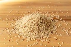 Surowy Brown Rice Na A drewnianym stole Organicznie Brown Rice Na A stole obrazy royalty free