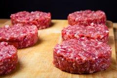 Surowy cutlet minced mięso na drewnianej tnącej desce Płytki dep Fotografia Stock