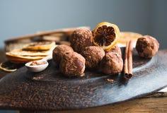 Surowy czekoladowy cukierek z dokrętkami, figami i cytrusem, trufla Fotografia Stock