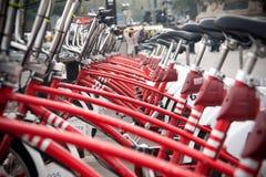 Surowy czerwony bycicle na ulicie Zdjęcia Stock