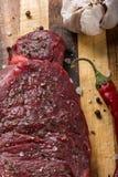 Surowy czerwony stek na ciapanie desce obraz royalty free