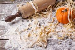 Surowy domowej roboty makaron z banią Zdjęcia Royalty Free