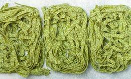 Surowy domowej roboty włoszczyzny zieleni makaronu szpinaków tagliatelle zamknięty w górę Susi kluski tło kulinarny fotografia royalty free