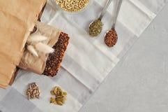 Surowy domowej roboty weganinu sourdough chleb robić zielona gryka z lnów ziarnami, słonecznik, bania w papieru Kraft torbie Zdro zdjęcia stock