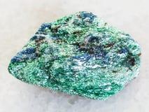 surowy Fuchsite kamień na bielu marmurze (chromu łyszczyk) fotografia royalty free