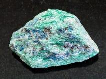 surowy Fuchsite kamień na zmroku (chromu łyszczyk) obraz royalty free