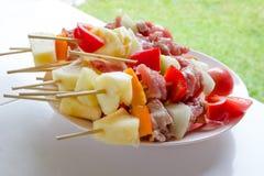 Surowy grill dla grilla na białym naczyniu Obraz Royalty Free