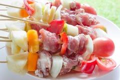 Surowy grill dla grilla na białym naczyniu Obrazy Stock