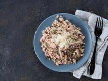 Surowy gryczany risotto z kurczaków rozmarynami i mięsem Obrazy Royalty Free
