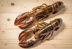 Surowy homar na drewnianym talerzu Zdjęcia Royalty Free