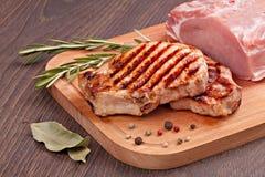 Surowy i piec na grillu mięso Fotografia Royalty Free