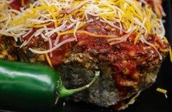 Surowy jalapeno pieprz przed kawałkiem yummy gotujący jalapeno cheddaru meatloaf obrazy stock