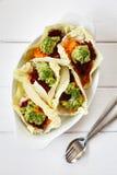Surowy jedzenie, kraciaści warzywa w sympatia kapuścianych liściach fotografia stock