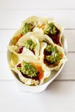 Surowy jedzenie, kraciaści warzywa w sympatia kapuścianych liściach zdjęcie stock