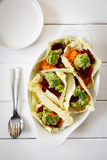 Surowy jedzenie, kraciaści warzywa w sympatia kapuścianych liściach zdjęcie royalty free