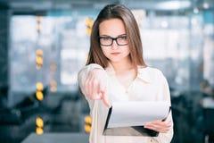 Surowy korporacyjny teamlead kobiety biura workspace obrazy stock