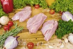 Surowy kurczak polędwicowy na drewnianej desce Zdjęcia Royalty Free