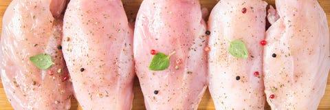 Surowy kurczak przepasuje na tnącej desce przeciw tłu drewniany stół Mięśni składniki dla gotować Płascy lei Odgórny widok obrazy stock