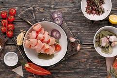Surowy kurczaka kebab z czereśniowymi pomidorami Zdjęcie Royalty Free
