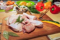 Surowy kurczaka mięso na kuchennym stole, warzywa i kuchni akcesoria, kłamamy w pobliżu fotografia stock