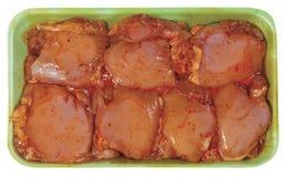 Surowy kurczaka mięso w plastikowej tacy odizolowywającej na białym tle Zdjęcie Stock