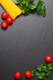 Surowy makaron z pomidorami i pietruszką Obrazy Royalty Free