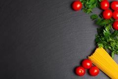 Surowy makaron z pomidorami i pietruszką Zdjęcia Royalty Free
