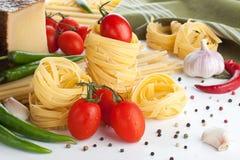 Surowy makaron z pomidorami i serem Fotografia Stock