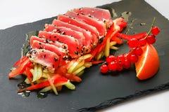 Surowy marznący mięso na ceramicznym talerzu słuzyć z warzywo dżinem zdjęcie royalty free