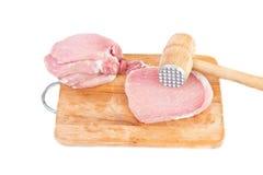 Surowy mięso i mięsa tenderizer na pokładzie Zdjęcie Stock