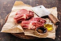 Surowy mięso i mięsny cleaver Zdjęcia Royalty Free