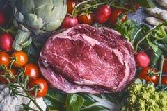 Surowy mięso i różnorodni warzywa: Karczochy, pomidory, brokuły, asparagus, kalafior, odgórny widok obrazy stock