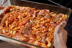 Surowy mięso w szklanym cookware fotografia stock