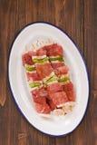 Surowy mięso z pieprzem dla grilla na białym naczyniu Fotografia Stock