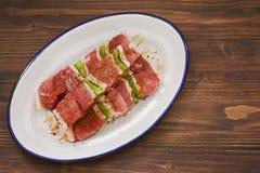 Surowy mięso z pieprzem dla grilla na białym naczyniu Fotografia Royalty Free