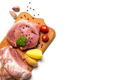 Surowy mięso z warzywami i zielenie na białym tle Obrazy Stock