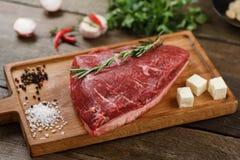 Surowy mięso na drewnie Zdjęcia Royalty Free